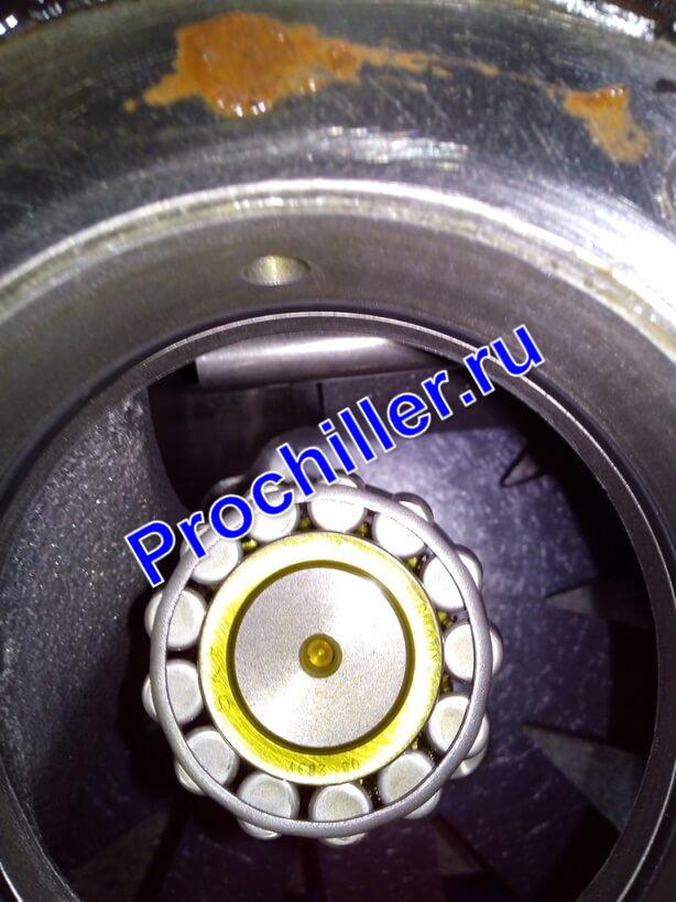 Демонтаж подшипника винтового компрессора-ремонт чиллера McQuay г. Новороссийск